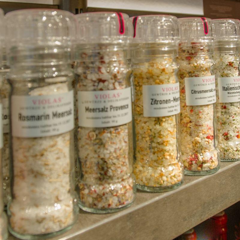 hochwertige Salze, Salzmischungen, Fleur de Sel als Mühle, Päckchen oder Nachfüllpack - VIOLAS´ Gewürze & Delikatessen - Stuttgart