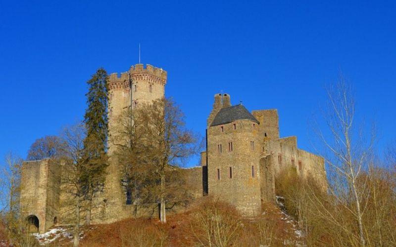- (c) https://pixabay.com/de/kasselburg-burg-ritterburg-schloss-2112202/