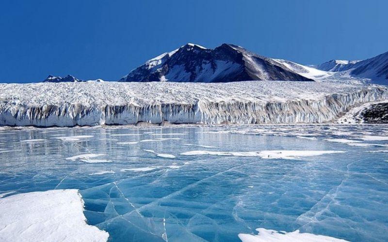 - (c) WikiImages/https://pixabay.com/de/antarktis-fryxellsee-südpol-63056/