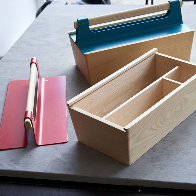 HARTO Werkzeugkasten aus Frankreich in den Farben blau, rot und weiß. Preis EURO 85,00 - LIEBLINGSSTÜCKE by Das Schauwerk - Stuttgart