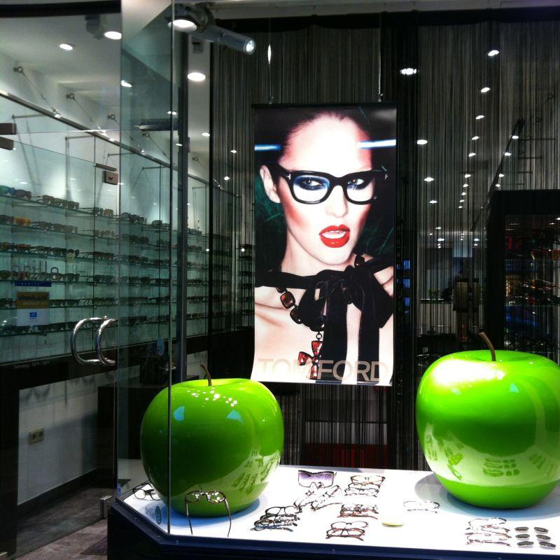 Das aktuelle Fenster von brille48 mit Creationen von Tom Ford, Calvin klein und Lindberg.  - Brille 48 - Köln
