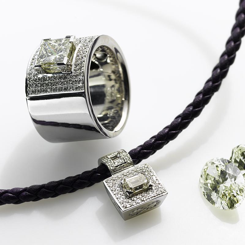 Die Kraft der Symbole und die Magie des Diamanten haben uns zu neuen Schmuckobjekten inspiriert. Der komplexe quadratische Princess-Schliff des großen Ring-Diamanten gab der Principessa-Kollektion in Weißgold ihren Namen. Die geheimnisvolle Aura von Symbolen einzufangen war der Antrieb für die Kollektion »endless symbols«. Kreuze, zart und filigran gearbeitet, kleine Madonnen und Herzen an feingliedrigen Ketten. Ruth Sellack SchmuckObjekte - RUTH SELLACK SCHMUCK OBJEKTE - Stuttgart