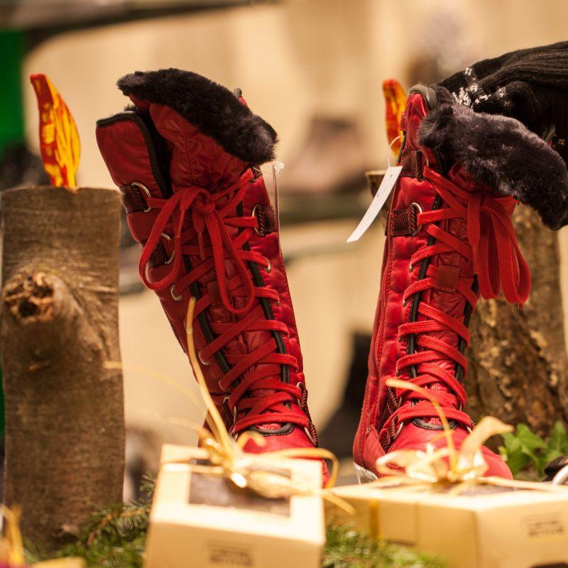 bei uns gibt es auch schöne Geschenke zu kaufen! z.B.: schöne Schals, Mützen und Socken - und natürlich tolle Schuhe! - Schuh Sigel - Kirchheim unter Teck