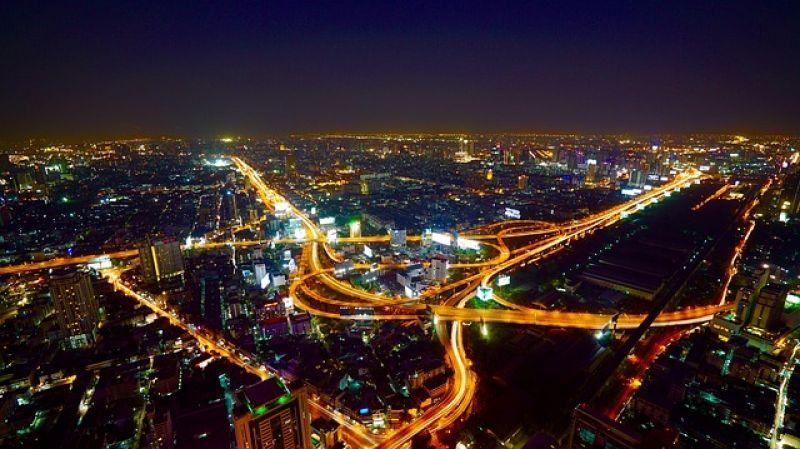 https://pixabay.com/de/luft-bangkok-stadt-nacht-verkehr-2178705/