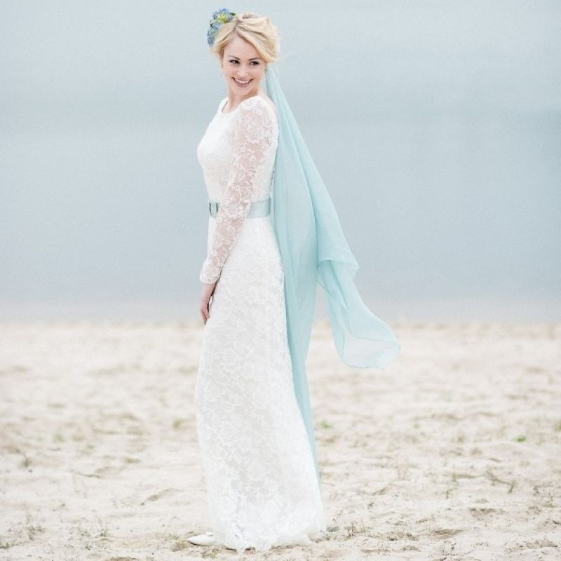 Spitzenbrautkleid mit zartblauem Taillengürtel und Scheier  - VANNILLA Braut- und Abendgarderobe - Köln
