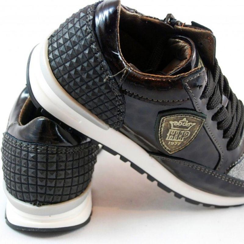 Cooler Ledersneaker in schwarzem Lack mit super Applikationen. Glamour Streetstyle von HIP aus Holland. Für Mädchen ab Größe 28 und Frauen bis Größe 40. Kinderschuhe gibt es in der www.augsburger-schuhkiste.de - Augsburger Schuhkiste - Augsburg