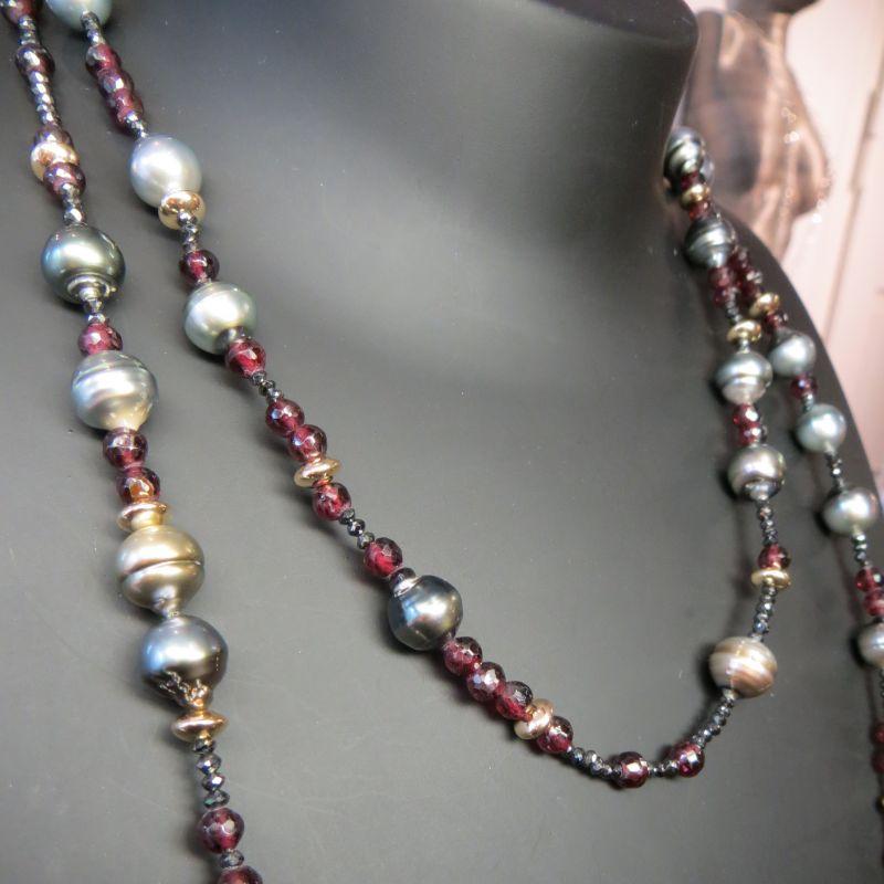 Langkette  Mit Tahitiperlen, schwarzen Diamanten, Granat und Goldelementen - Goldschmiedekunst Barbara Göpfrich - Backnang