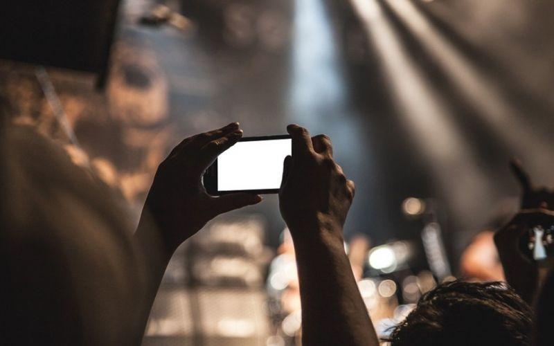 - (c) SplitShire bei Pixabay -  https://pixabay.com/de/smartphone-film-407108/