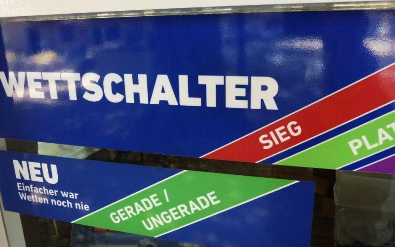 Am Wettschalter - (c) Rainer Sturm  / pixelio.de // https://www.pixelio.de/media/539472