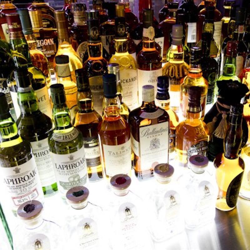 Eine Bar, die ihres Gleichen sucht. Das Bonatz bietet über 100 Cocktails, über 50 erlesene Rot- und Weißweine, 50 verschiedene Premium-Whiskeysorten und weitere internationale Spirituosen und Getränkespezialitäten. Unsere Kreateure und Mixer an der Bar erstellen und kredenzen Drinks für den anspruchsvollen Gaumen, für Kenner und solche, die gerne auf den Geschmack kommen möchten.  Gepflegt, stilvoll auf bestem Niveau. Unsere 15m lange Bar aus leuchtendem Onyxstein heißt Sie herzlich willkommen. - BONATZ  Bar - Lounge - Restaurant - Stuttgart- Bild 1