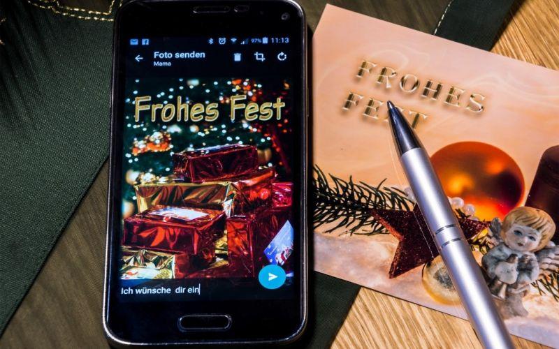 Ein Smartphone als Weihnachtsgeschenk ! - (c) pixelio.de/Bernd Kasper/https://image.pixelio.de/000/772/995//player/1--772995-Weihnachtswünsche im Wandel....-pixelio.jpg