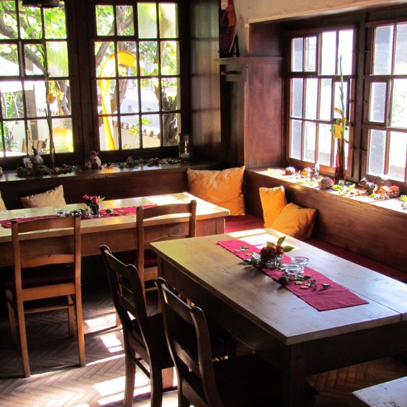 """Die außergewöhnliche Leo-Faller-Weinstube befindet sich räumlich getrennt von der Künstlerkneipe auf der anderen Seite des historischen Innenhofs. Holzgetäfelter Raum mit wertvollen Butzenscheiben, Holzdielenboden und künstlerisch gestaltetem Kachelofen aus Delfter Porzellan. 35 Gäste finden in dieser Stube im holländischen Stil Platz. Ein idealer Raum für ungestörte kleine Familienfeiern oder Freundestreffen. Der passende Rahmen für einen geselligen Weinabend. Der Name """"Leo-Faller-Stube"""" geht zurück auf  einen Maler, der Daxlander Hafen- und Straßenansichten in vielen Bildern verewigte.  Speisenangebot: rustikale Gerichte/Hausmannskost für Feinschmecker. - Restaurant Künstlerkneipe - Karlsruhe"""