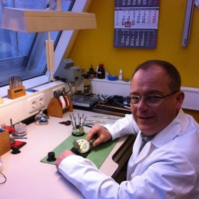 Eigene Uhrmachermeister-Werkstatt - Reparaturen von Klein- und Großuhren ebenso auch antike Stücke werden in unserer Uhrmacherwerkstatt persönlich von uns ausgeführt.  Lassen Sie sich unverbindlich beraten wir kommen auch gerne zu Ihnen.  - Juwelier Burkhardt - Esslingen