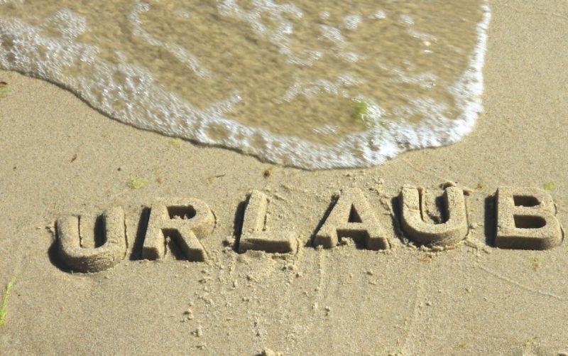 Strand mit dem Schriftzug Urlaub, Meer  - (c) Rike  / pixelio.de /Strand mit dem Schriftzug