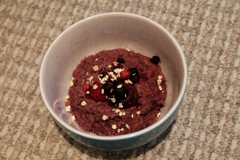 Crèmiges Beeren-Oatmeal: fruchtig und gut sättigend