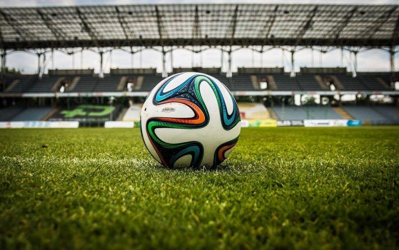 - (c) https://pixabay.com/de/photos/der-ball-stadion-fußball-488700/