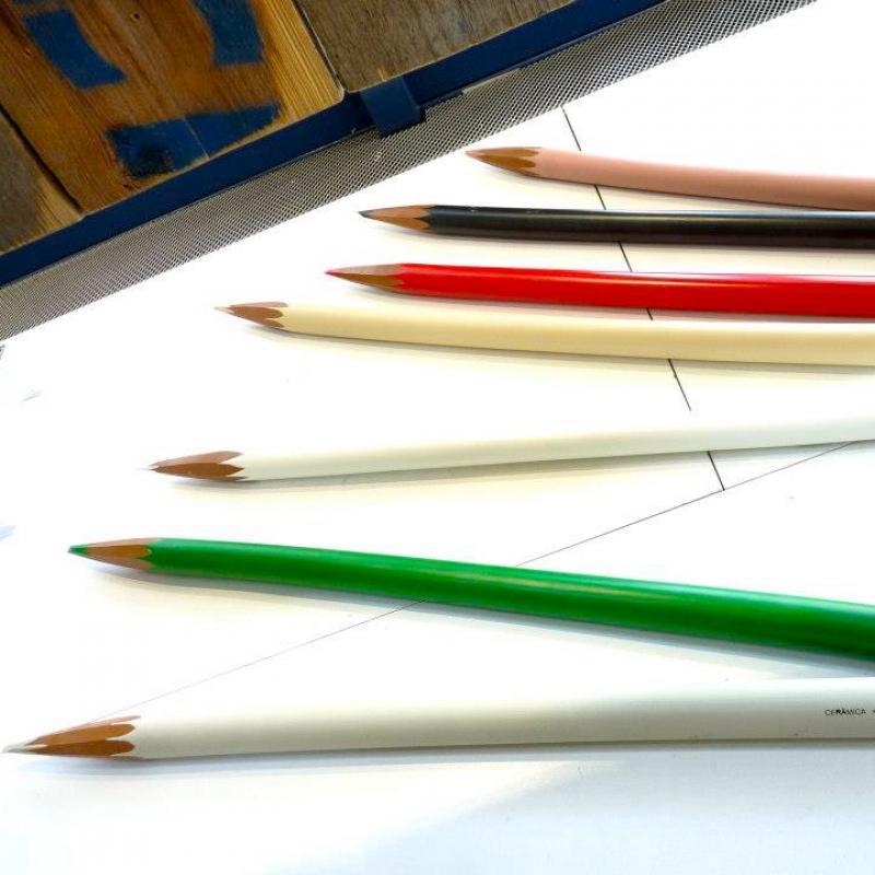Keramik–Deko–Buntstift  Größe: Länge 83 cm; Durchmesser 3,5 cm  Design: Selma Calheira Hersteller: Gardeco — hier: Kunsthaus Schill.  - Kunsthaus Schill - Stuttgart