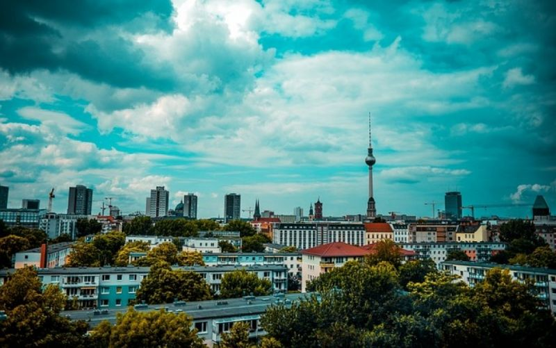 - (c) https://pixabay.com/de/berlin-fernsehturm-nikolaiviertel-1467502/