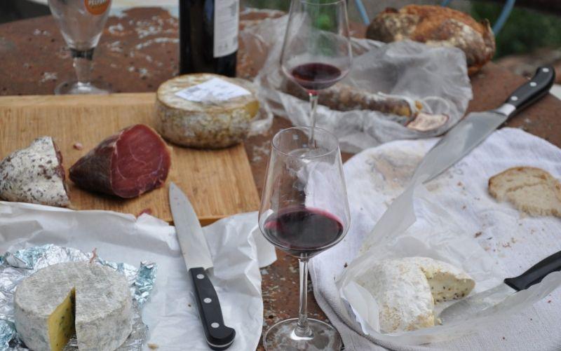 Wein - (c) Janedo70/https://pixabay.com/de/picknick-käse-wein-lebensmittel-787117/