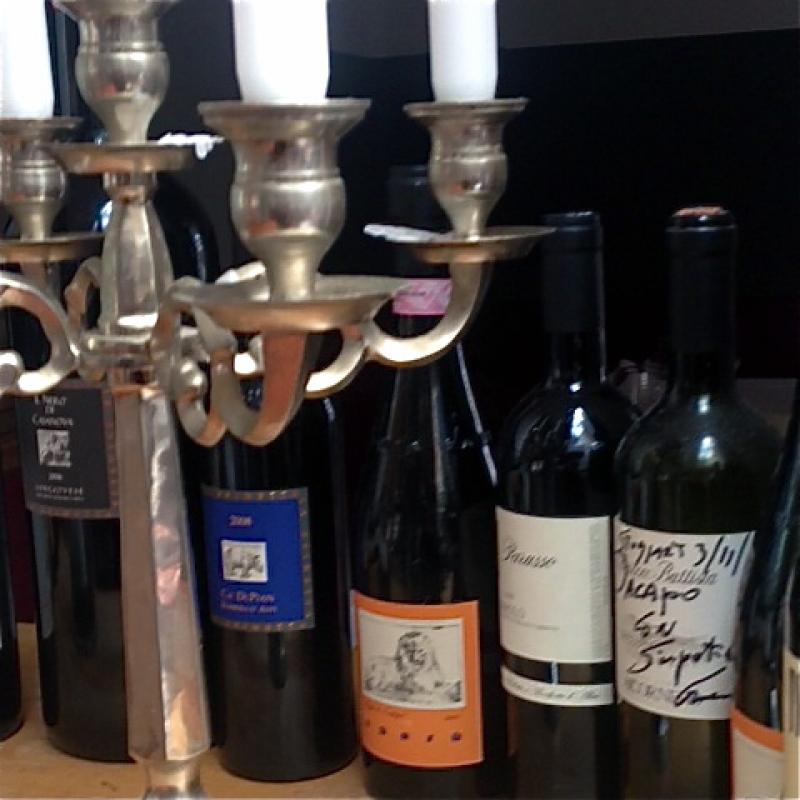 Weine runden den Genuß auf Ihre Art ab.  Auf unserer Weinkarte entdeckt man mehr als die großen italienischen Klassiker. Immer wieder findet man hier auch mal aktuelle Besonderheiten von jungen Winzern. Damit runden wir die Speisekarte mit passenden Weinen ab.   Das ergibt eine Weinkarte, in die es sich lohnt immer wieder hineinzusehen und auf Entdeckungsreise zu gehen. - da capo - Stuttgart- Bild 2