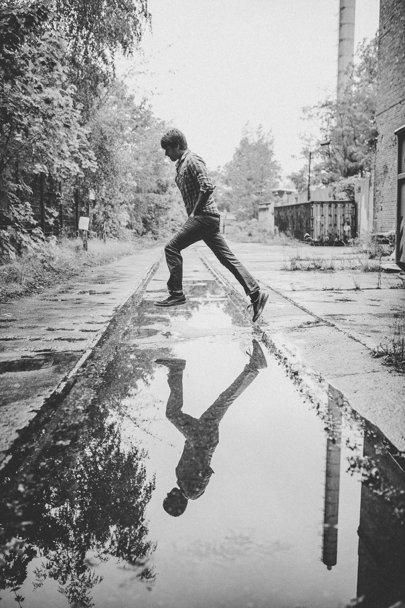 Marcel Brell springt über eine Pfütze
