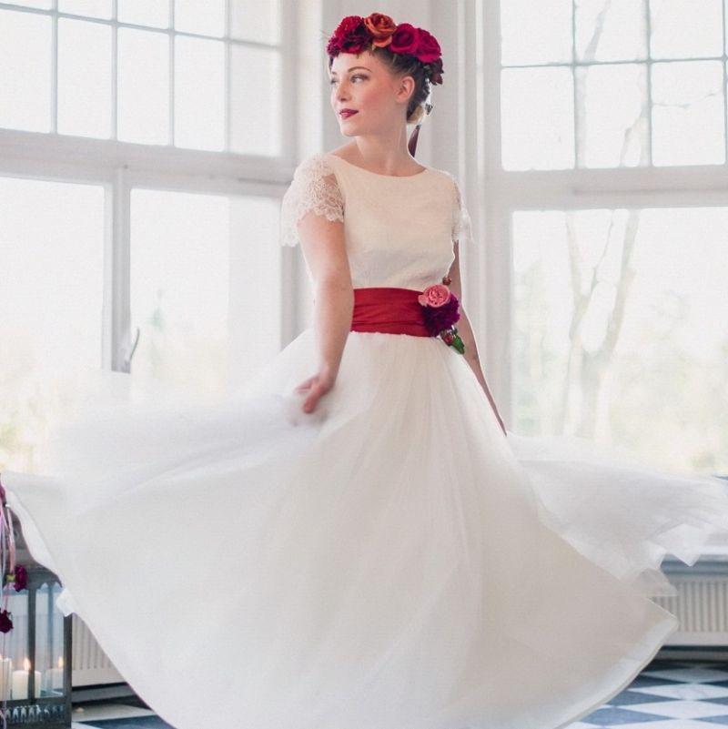 Brautkleid Von Vannilla Leichte Spitze Unterlegt Mit Reinseidenem Satin Breite Seidenschape In Einem Angebote Vannilla Braut Und Abendgarderobe Koln Abendmode