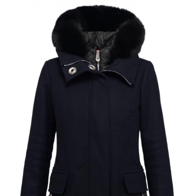 PEUTEREY BOURDIN FUR MANTEL MIT HERAUSNEHMBARE WESTE - Verbinden Sie Funktionalität mit einem unverwechselbaren Look! Dieser schmaler  struckturtierter Wollmantel von Peuterey mit einer abnehmbarer Daunenweste mit Fellkapuze und große silberne Druckknöpfe gehört zu Peuterey Highlights H/W 2015. Dieser Mantel begleitet Sie bei winterlichen Temperaturen überall.  Die Farbe ist ein sehr dunkles Blau. Schwarze Daunenweste mit Fell Kapuze mit Fuchs Fell Wollmantel mit zwei-Wege Reißverschluss mit Logo Versteckte Knopfleiste mit großen, silberfarbigen Druckknöpfen Zwei Klapptaschen mit Schnalle Zwei Eingriffstaschen auf Brusthöhe Mantel  80% Wolle 20% Polyamid Füllung Daunenweste 90% Daunen 10% Federn https://prettymuch24.com/ - prettymuch24.com - Stuttgart