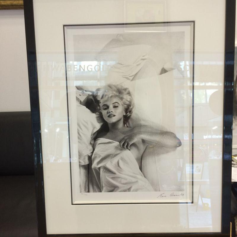 Lithographie Marilyn Monroe, Star Fotografin Eve Arnold Original Abzug limitierte Stückzahl weltweit!  Direkt von Eve Arnold unterschrieben!   Besuchen Sie uns in der Calwer Passage, wir freuen uns wenn wir Ihnen beim passenden Geschenk behilflich sein dürfen. Haben Sie einen Lieblingsschauspieler, einen Sänger, suchen Sie etwas einzigartiges, dann besuchen Sie uns, es wird sich für Sie lohnen! Memorabilities von zahlreichen Stars weltweit, nur bei uns Schwabengold!  - Schwabengold - Stuttgart