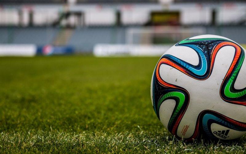 - (c) jarmoluk/https://pixabay.com/de/der-ball-stadion-fußball-488716/