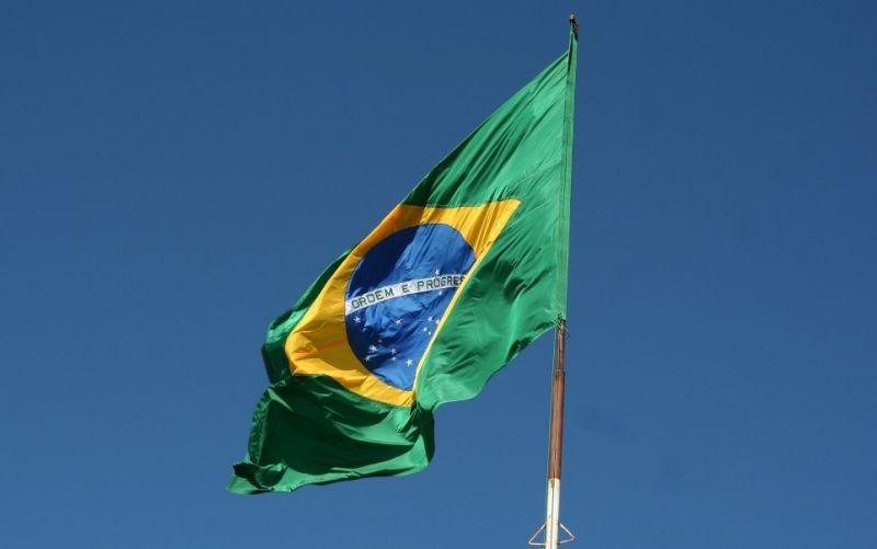 - (c) gleidiconrodrigues/https://pixabay.com/de/flagge-brazilien-brasilien-flagge-742573/