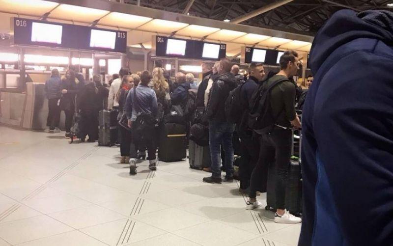 Fluggäste am Check-In - (c) Arzu Alev-Kayvani | stadtmagazin.com