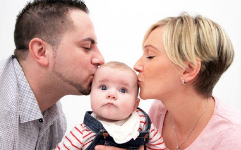 Eltern mit Kind - (c) Alexandra H.  / http://www.pixelio.de/media/716929