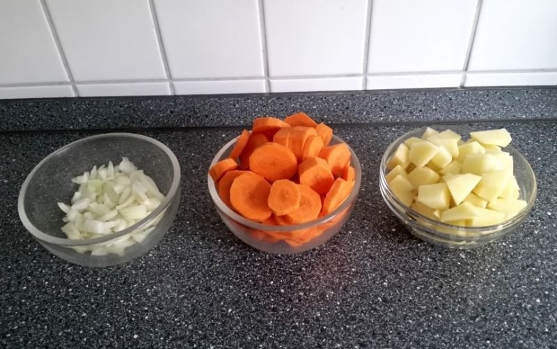 klein geschnittene Zwieblen, Möhren und Kartoffeln