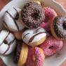 pixelheart/https://pixabay.com/de/donuts-gebäck-kuchen-schokolade-431863/